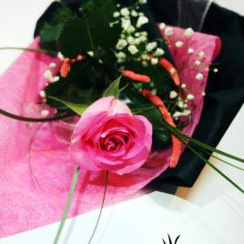 20. Roze ruža sa dekoracijom